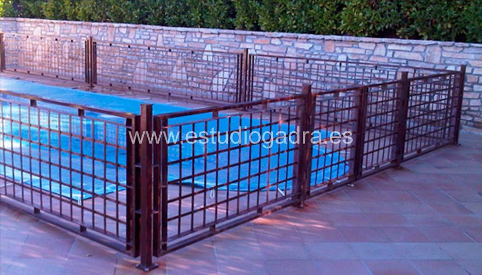 Valla perimetral de hierro tratado para piscina.