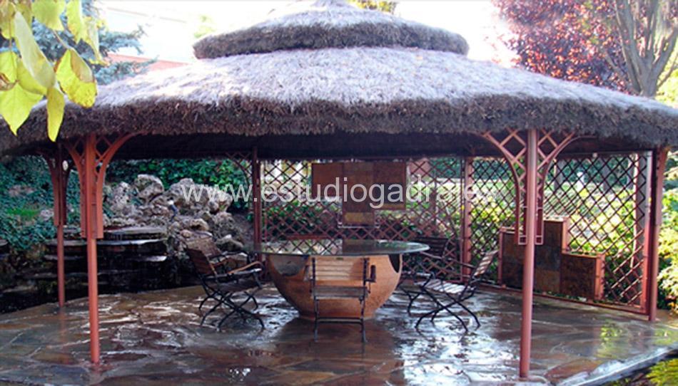 Pérgola vegetal fabricada en hierro rústico.