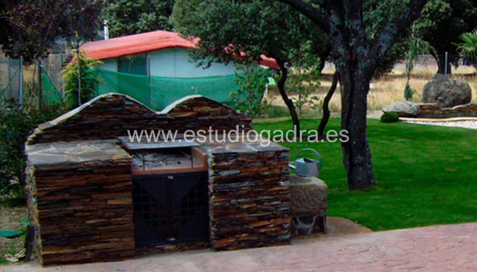 Barbacoa fabricada en hierro y lajas naturales.