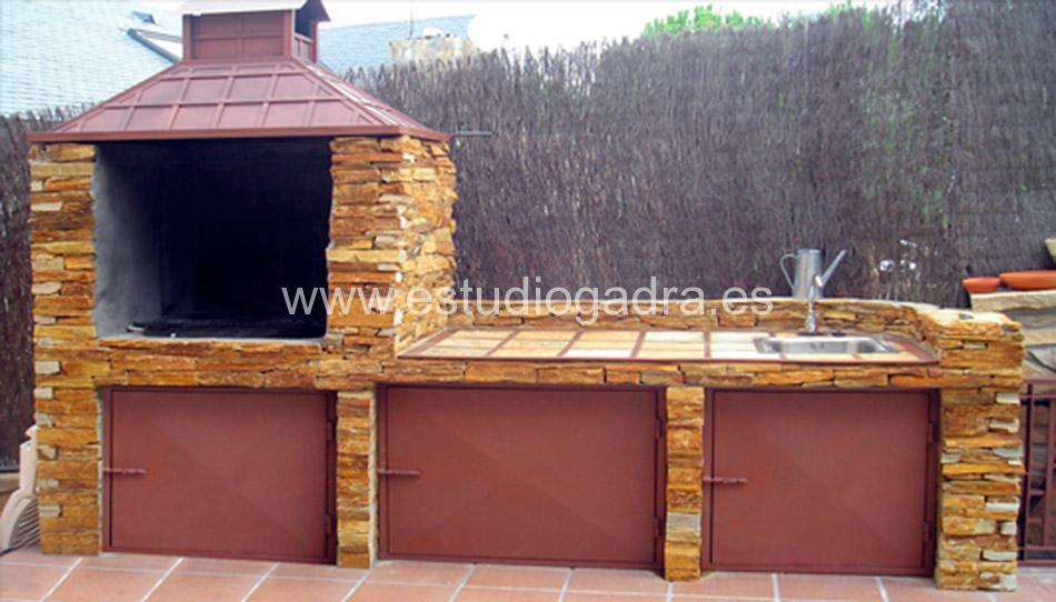 Barbacoa fabricada en hierro y piedra natural.